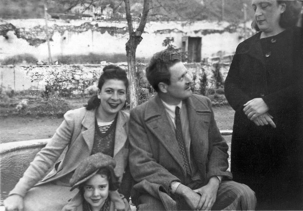 11-Nisan-1941-günü-Çekirgedeki-Servinazın-bahçesinde-Selma-Taşkın-Leyla-Nâzım-Piraye.-Nâzım-banyo-izniyle-gelmiş.